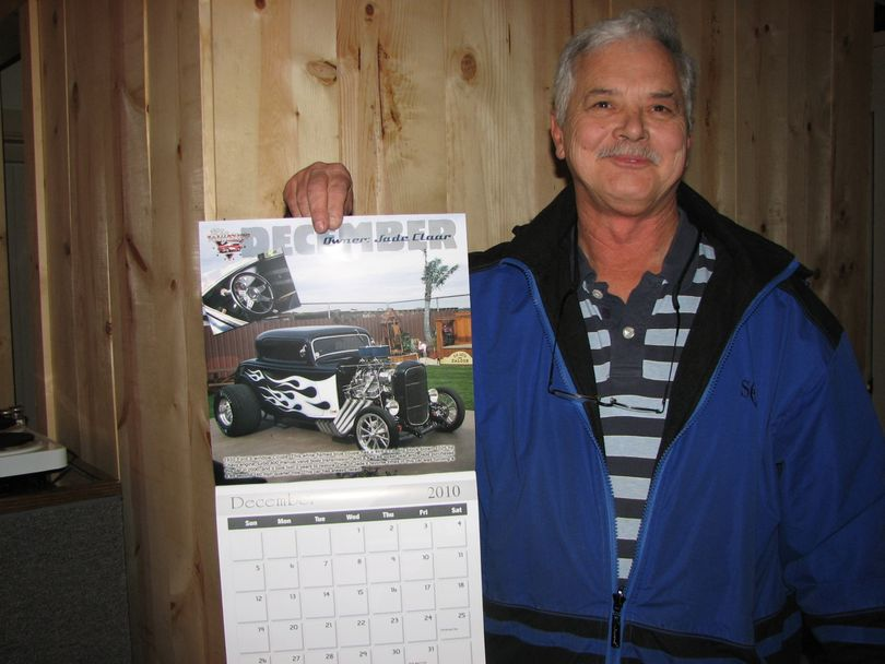 Richard Burris of Hillyard Futures holding up the 2011 hot rod calendar (Pia Hallenberg)