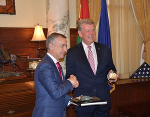 Iñigo Urkullu, president of the Basque Country, and Idaho Gov. Butch Otter exchange gifts and greetings on Wednesday in the governor's office in Boise (State of Idaho photo)