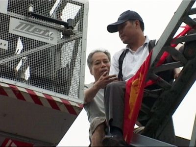 Chen Fuchao, right,  seen here Thursday, had been contemplating suicide on a bridge in southern China for hours when passer-by Lai Jiansheng, left, came up, shook his hand and pushed him off.  (Associated Press / The Spokesman-Review)