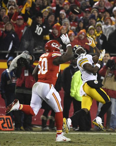 Pittsburgh Steelers wide receiver Antonio Brown, right, catches a pass in front of Kansas City Chiefs outside linebacker Justin Houston (50). (Ed Zurga / Associated Press)