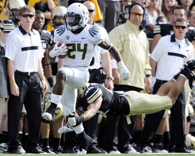 Oregon running back Kenjon Barner (24) slips past Colorado linebacker K.T. Tu'umalo (42) for a touchdown. (Jack Dempsey / Fr42408 Ap)