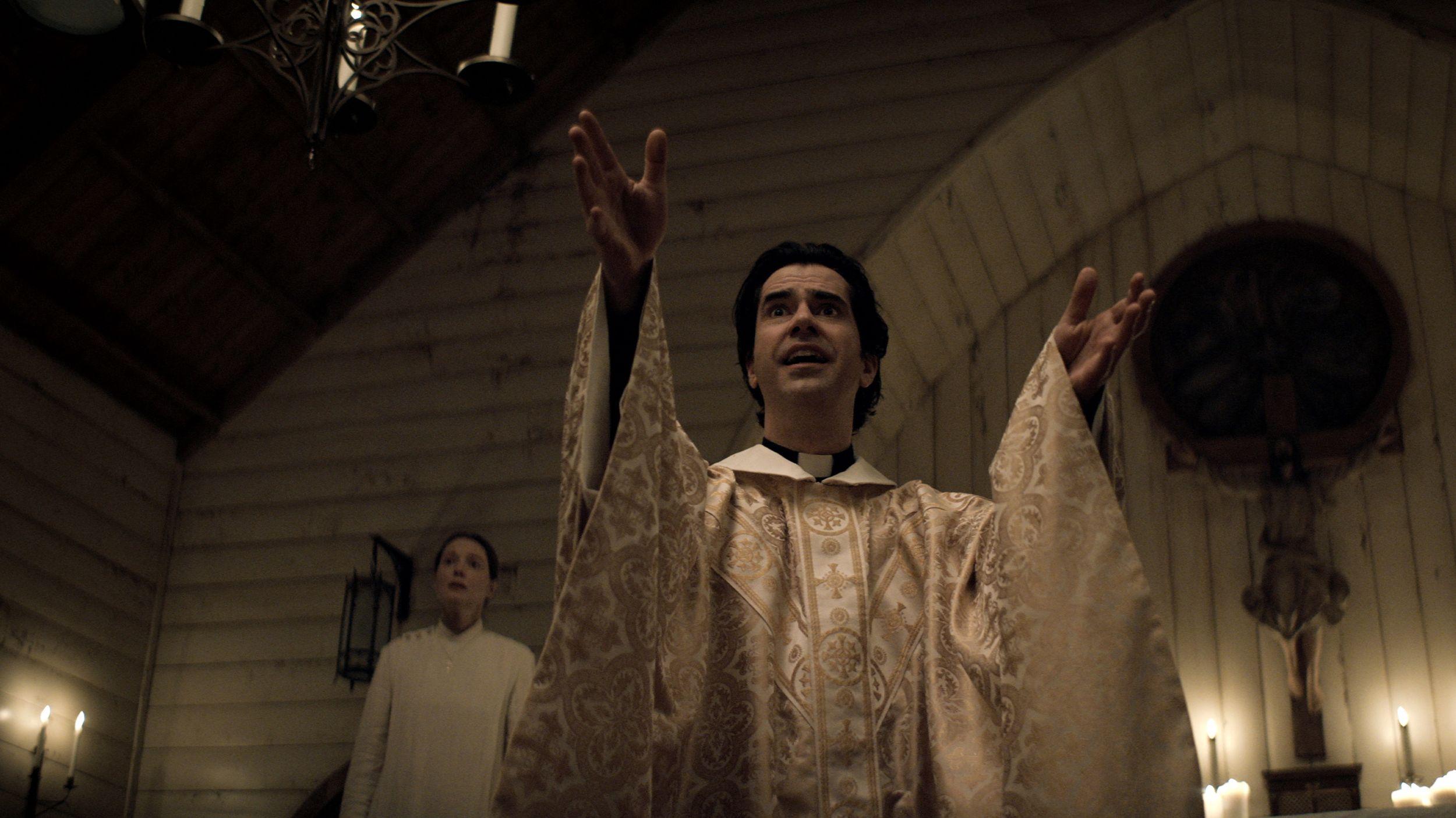 "PadrePaul Hill (Hamish Linklater) em ""Midnight Mass""."