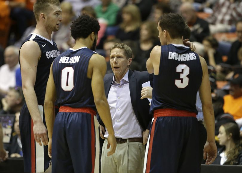 Gonzaga head coach Mark Few, center, huddles with his team during a timeout in the second half of an NCAA college basketball game against Pacific Saturday, Jan. 23, 2016, in Stockton, Calif. (AP)